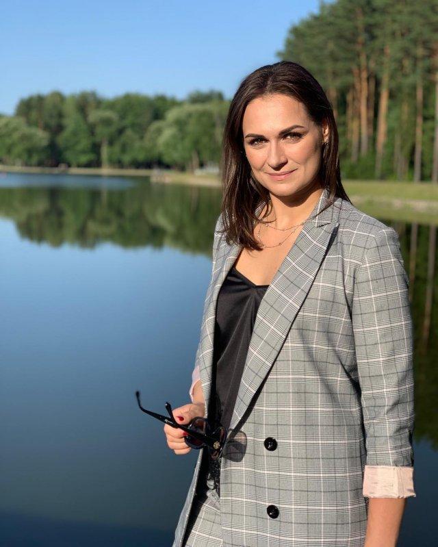 Наталья Эйсмонт на природе в сером костюме с черной кофтой