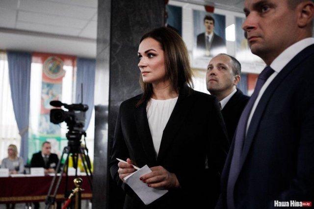 Наталья Эйсмонт на правительственном мероприятии в черной пиджаке и белой блузке с охраной