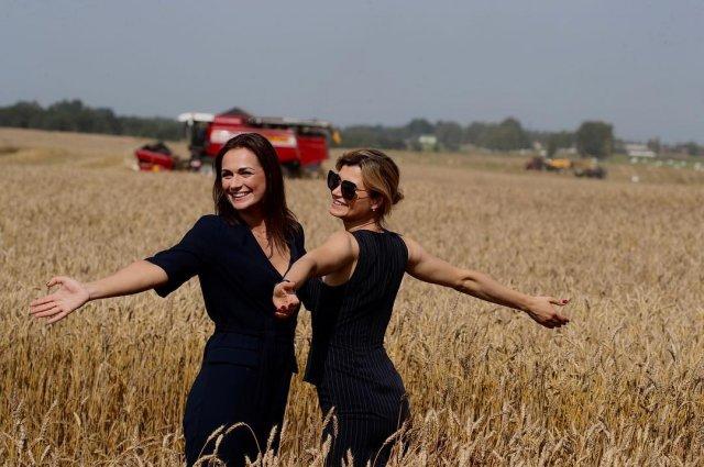 Наталья Эйсмонт в поле с пшеницей и девушкой