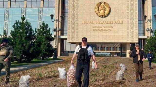 Александр Лукашенко с автоматом - усеял все полями с картошкой