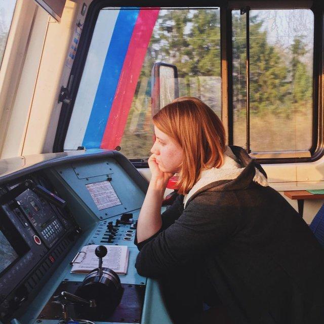 Екатерина Сергеева управляет поездом