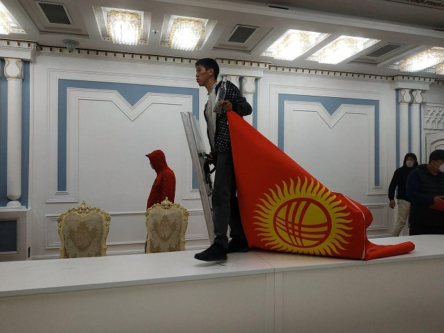 Demonstrants Forcedly Occupied the City Hall And the Parliament in Bishkek