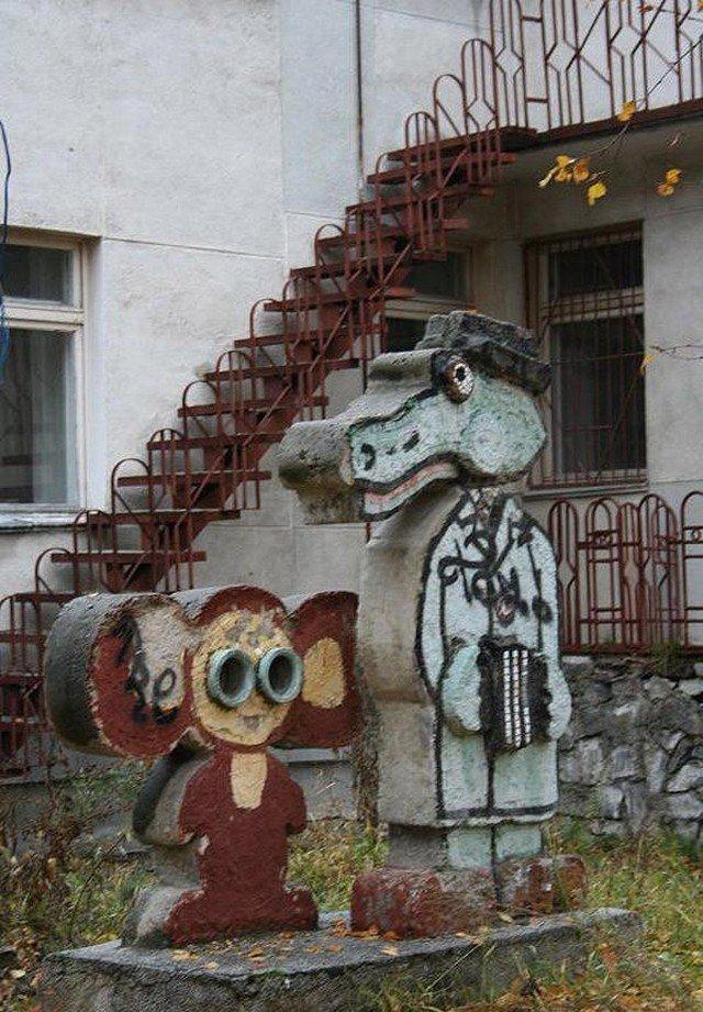 Образы Чебурашки и крокодила Гены в оформлении дворов России