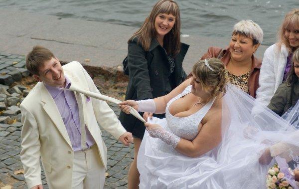 невеста тянет за галстук