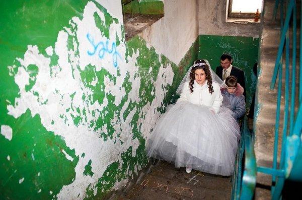 невеста поднимается по ступенькам