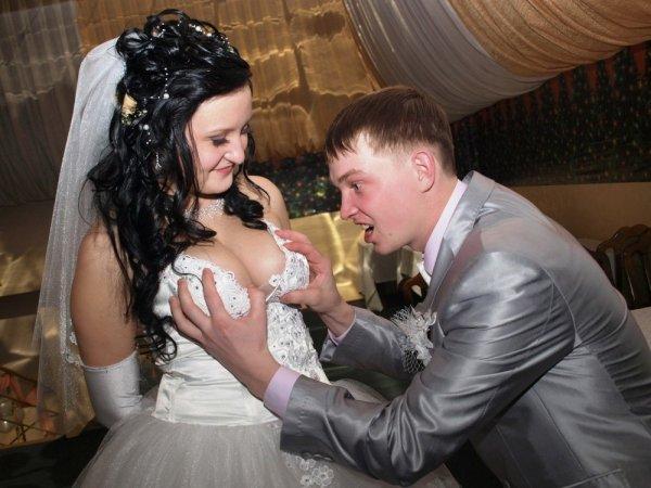 парень держит невесту за грудь