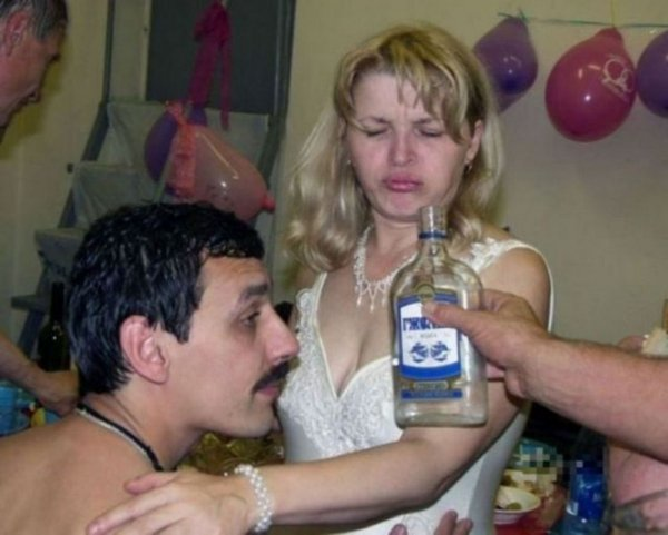 протягивают бутылку