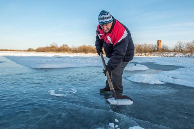 Открытка на замерзшей реке в память о деде Валере