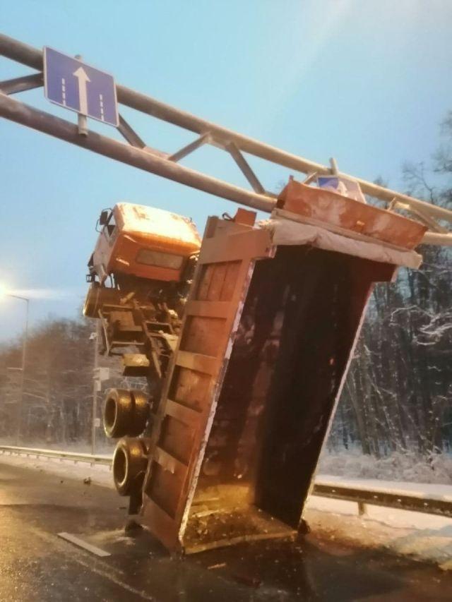 В Самаре грузовик застрял на дорожной опоре
