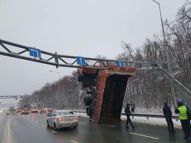 В Самаре грузовик зацепился кузовом