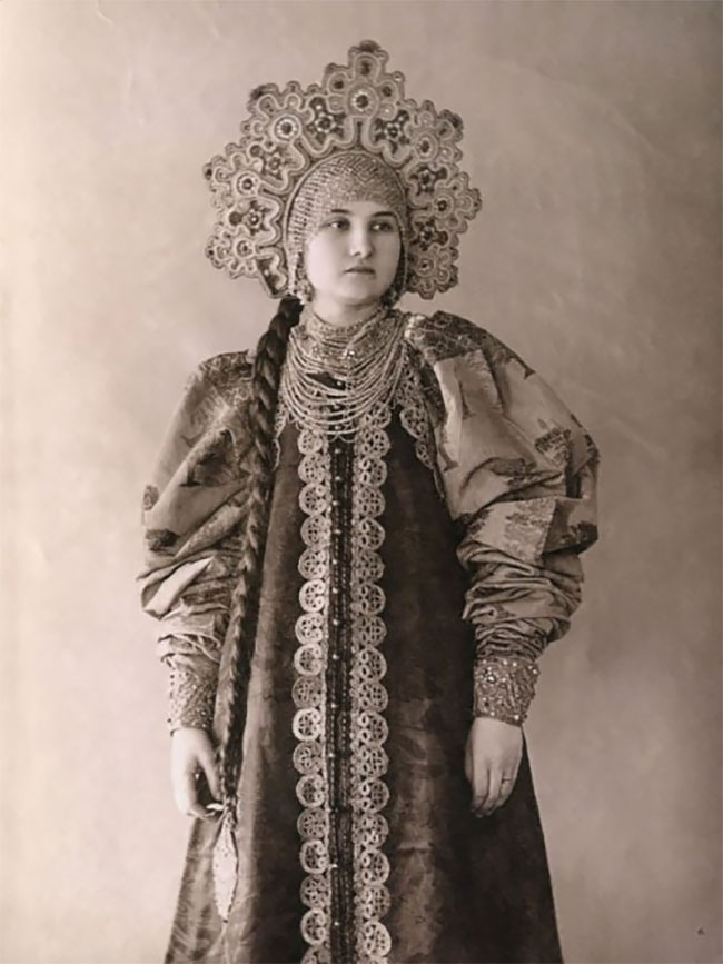 Unique Photographs of Russian Beauties in Old Costumes