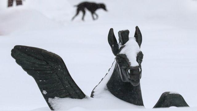 Скульптура в снегу на Тверском бульваре