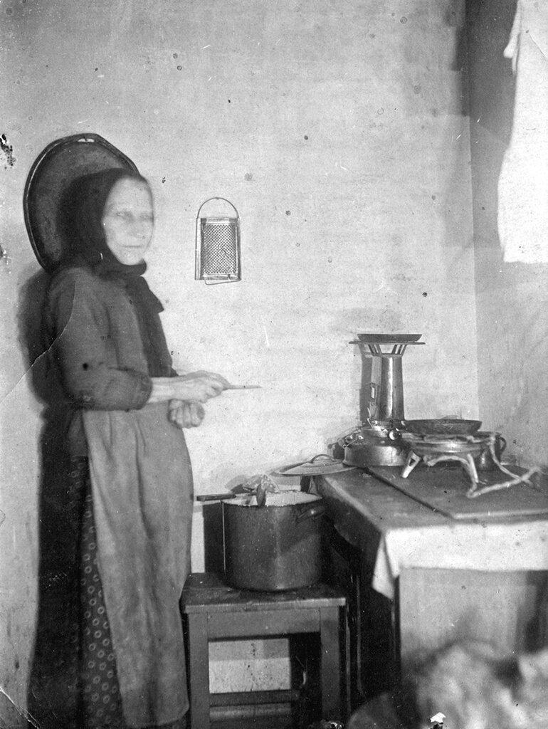 Хлопоты на кухне Неизвестный автор, 1935 - 1947 год, г. Москва, из архива Владимира Александровича Карлова.