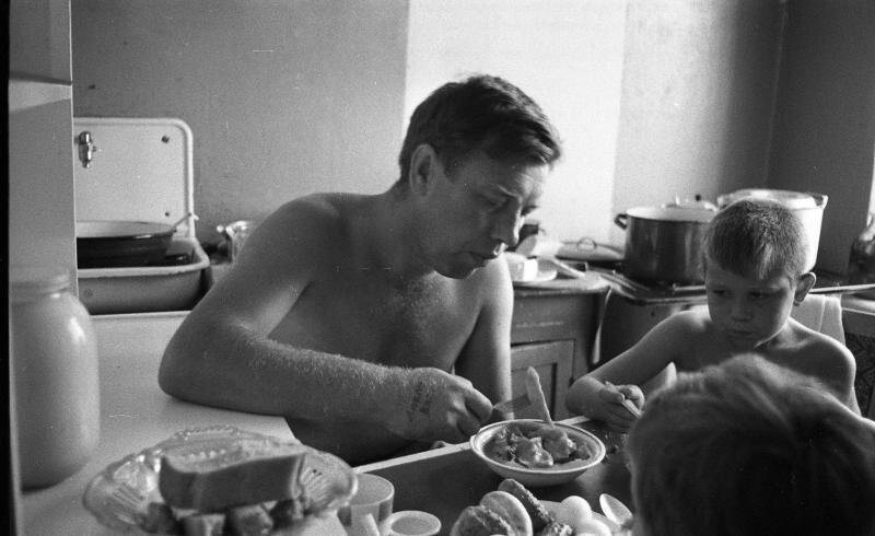 Семья на кухне Всеволод Тарасевич, 1967 год, Волгоградская обл., г. Волжский, МАММ/МДФ.