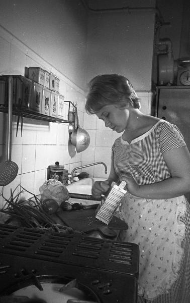 Композитор Александра Пахмутова на кухне Сергей Васин, 1957 год, г. Москва, МАММ/МДФ.