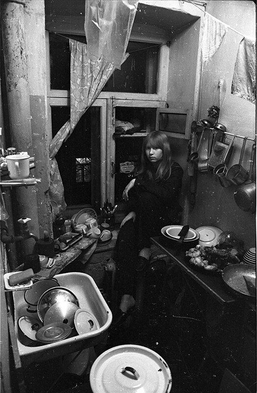 Таня на кухне Михаил Дашевский, 1970-е, г. Москва, Большой Головин пер., из архива Михаила Дашевского.