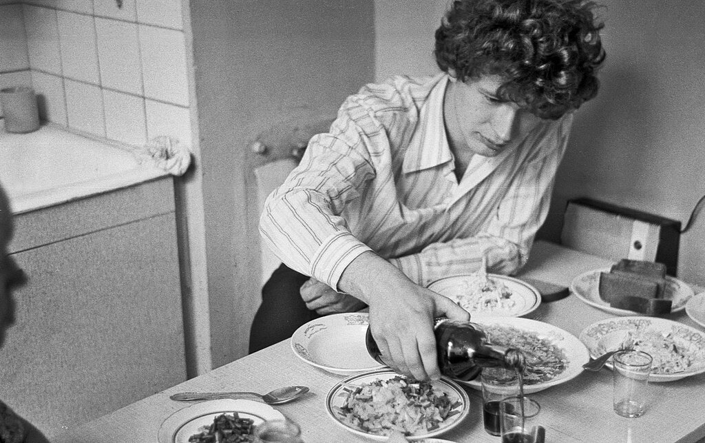 «Скромный стол на 23 февраля» Павел Сухарев, 22 - 28 февраля 1981 года, г. Москва, из архива Павла Сергеевича Сухарева.