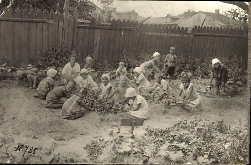 Дети на огороде Неизвестный автор, 1930-е, г. Муром, Муромский историко-художественный музей.