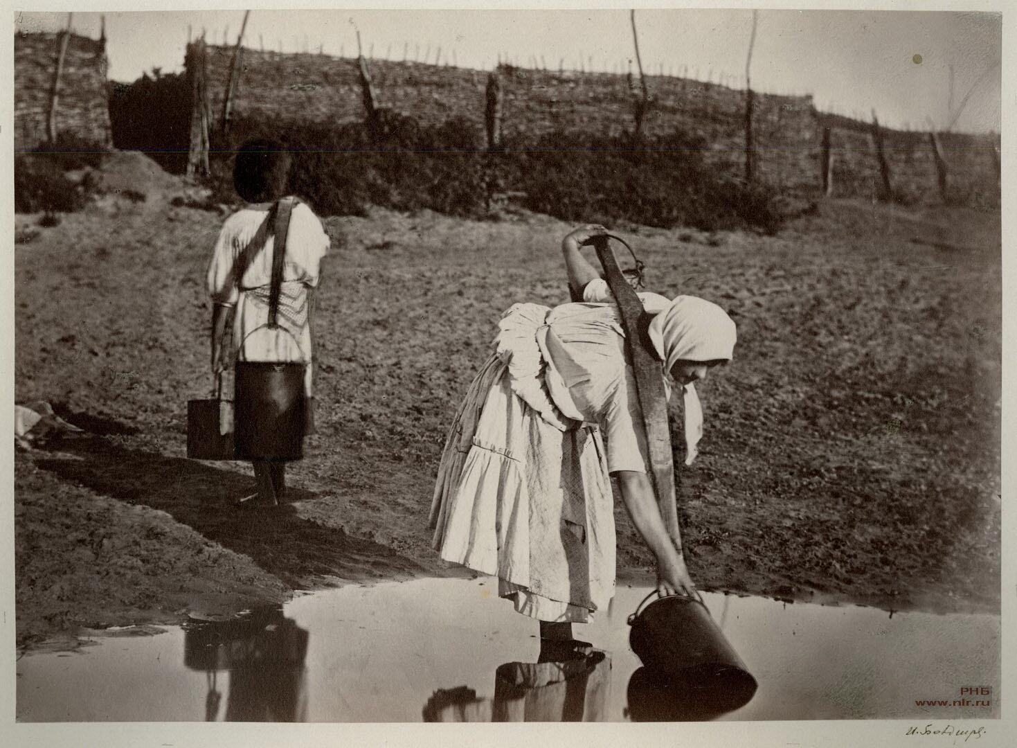 Донские казачки поливают огороды, 1875-1876 гг. | Фото: Иван Болдырев
