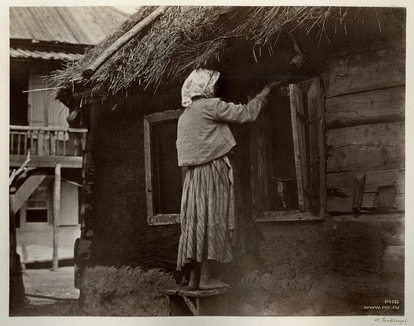 Казачка чинит окно. Цимлянская станица, 1875-1876 гг. | Фото: Иван Болдырев