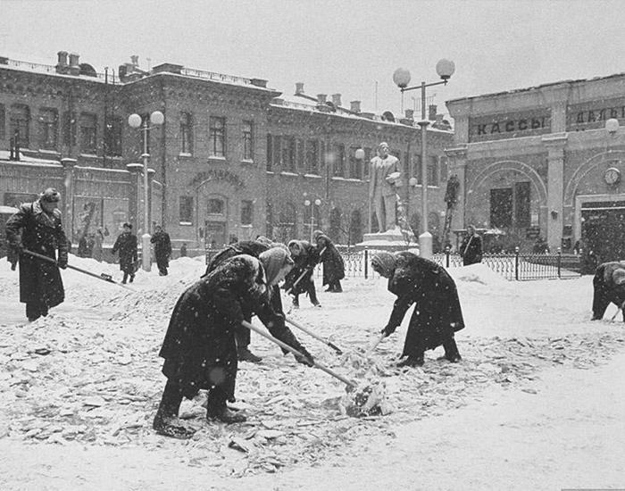 Уборка снега у вокзала в Москве, 1970-е. Фото взято из открытых источников: m.fotostrana.ru