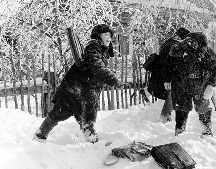 Дети после школы играют в снежки, 1957 год. Фото взято из открытых источников: ucrazy.ru