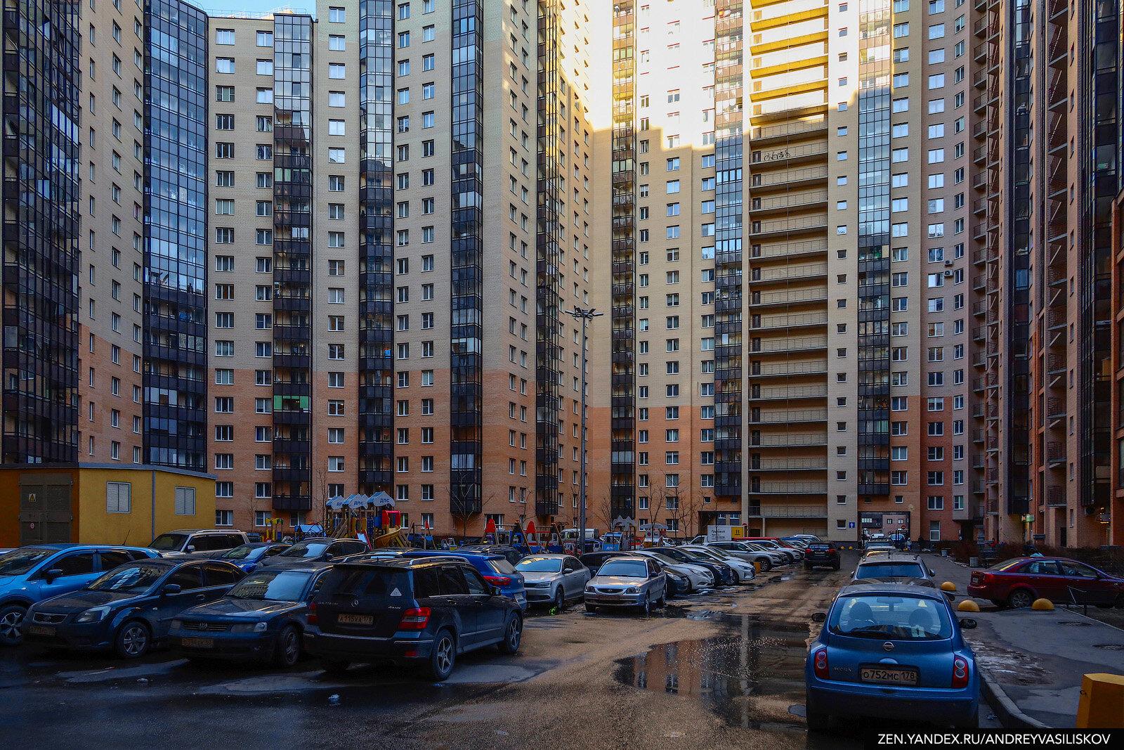"""35 подъездов, 3708 квартир и огромная парковка вместо двора — добро пожаловать в город-дом, главный """"человейник"""" всея Руси"""
