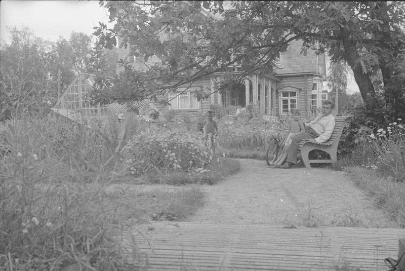 Емельян Ярославский на скамейке в саду Владислав Микоша, 1939 - 1941 год, Московская обл., МАММ/МДФ.