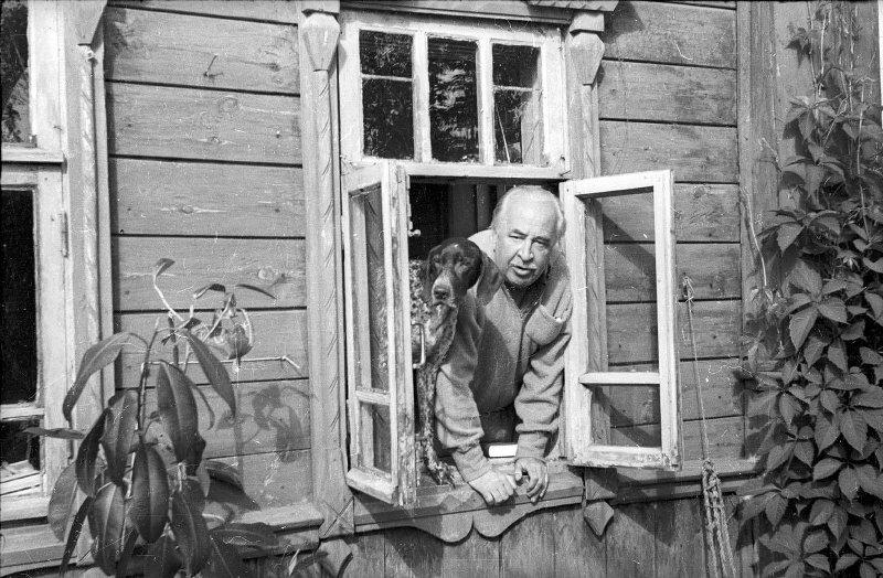Первый ректор ВГИКа кинорежиссер Лев Кулешов на даче Александр Стешанов, 1958 год, Московская обл., МАММ/МДФ.