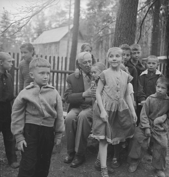 Корней Чуковский с детьми в Переделкино Всеволод Тарасевич, 1959 год, Московская обл., пос. Переделкино, МАММ/МДФ.