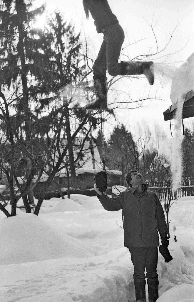 «Первый шаг с крыши» Сергей Сухарев, 1 - 28 февраля 1980 года, Московская обл., из архива Павла Сергеевича Сухарева.