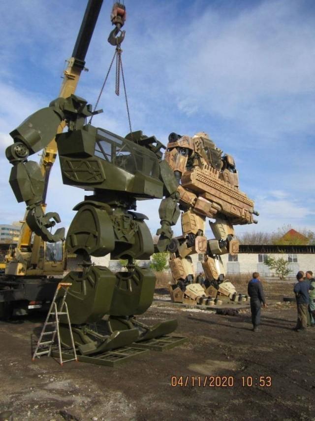 Автомеханики из Донецка собрали огромных роботов из старых машин. Самый большой из них в высоту 15 метров и весит целых 4 тонны