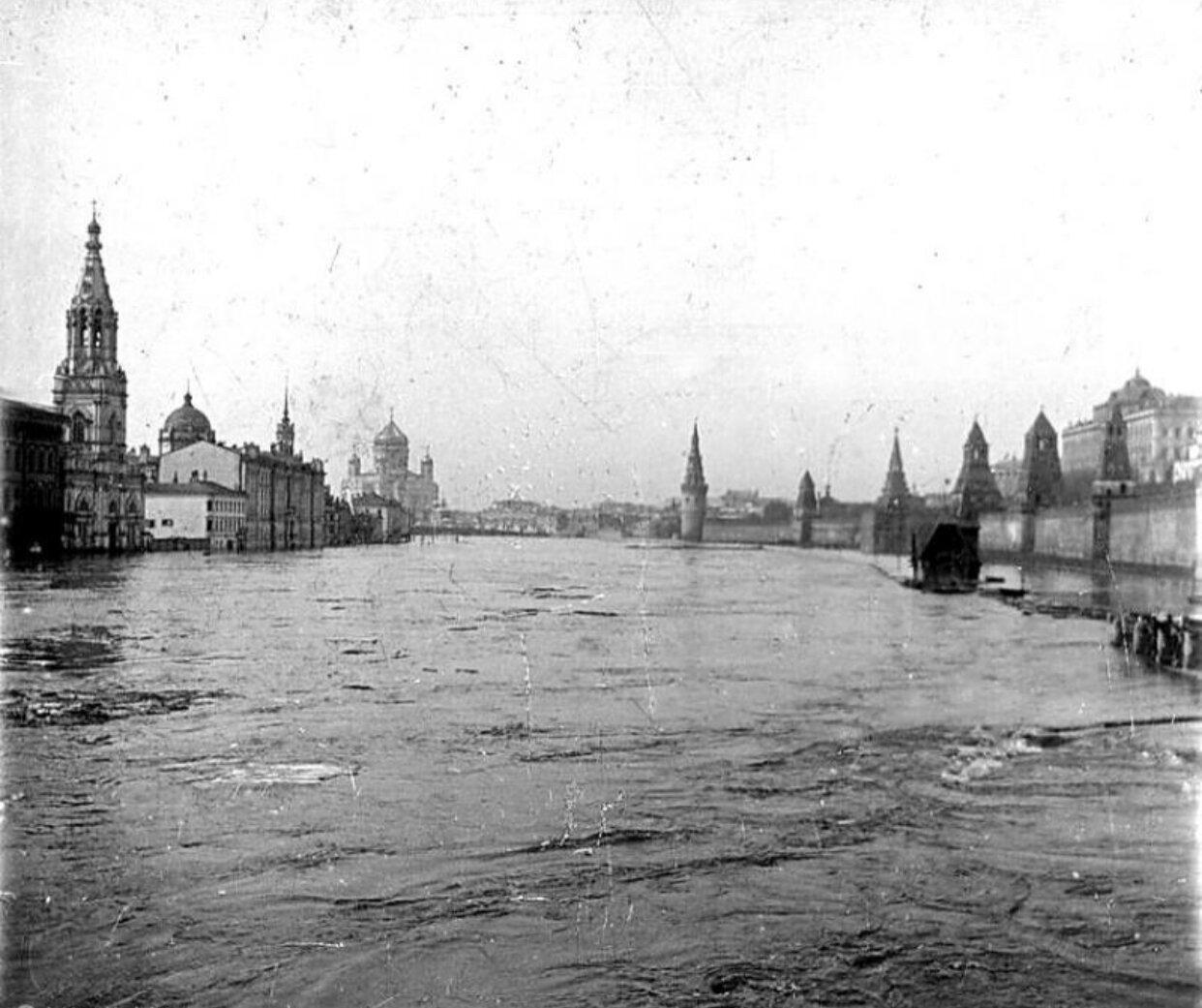 В апреле 1908 года произошло самое крупное наводнение в Москве. Уровень воды в Москве-реке поднялся почти на 9 метров. Около 100 километров улиц оказались затопленными. Естественно, такое событие было запечатлено на множестве фотографий.