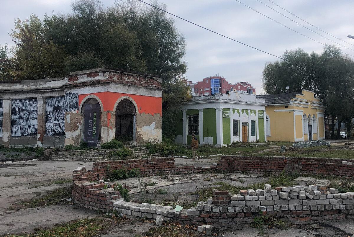 Дальние павильоны и бывший фонтан Рязанского ВДНХ в настоящее время