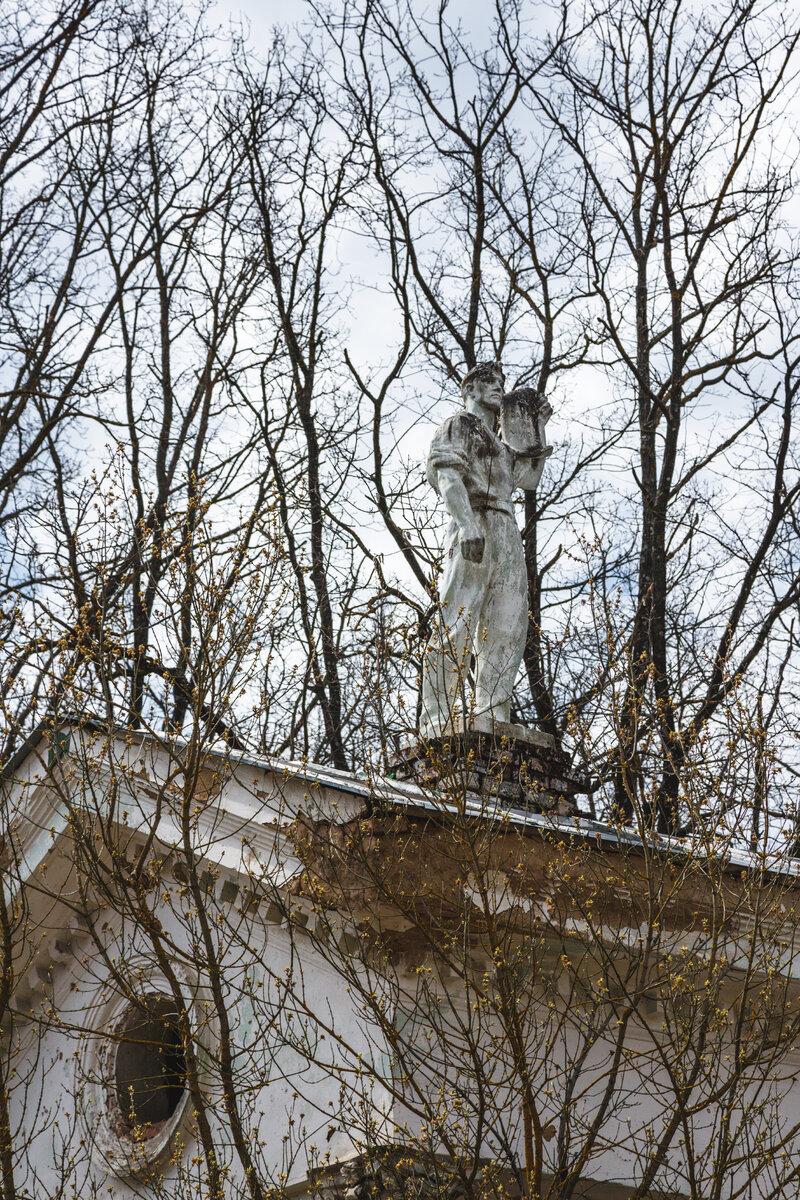 Статуя на колоннаде Орловской ВДНХ в настоящее время