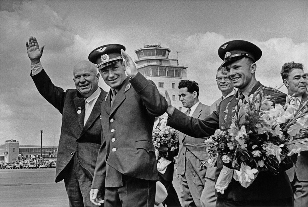 Никита Хрущев, Герман Титов, Юрий Гагарин, Михаил Суслов и Леонид Брежнев. Виктор Ахломов, 9 августа 1961 года, г. Москва, МАММ/МДФ.