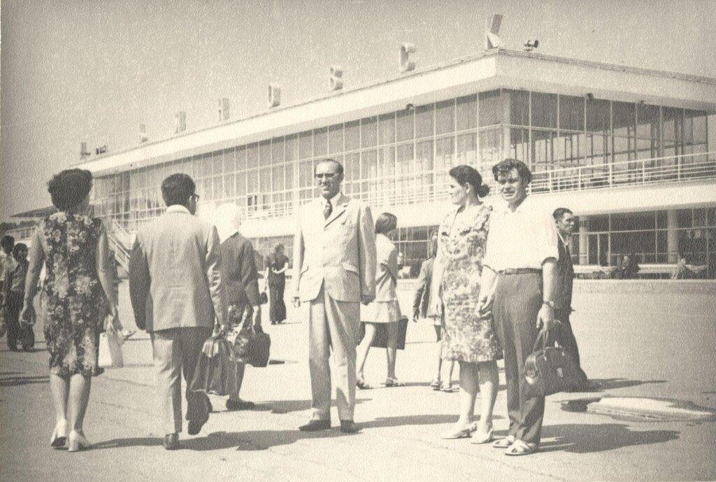 Бабушка и дедушка у аэропорта в Ульяновске. Неизвестный автор, 1 апреля 1967 - 28 сентября 1970 года, г. Ульяновск, Авиационная ул., д. 20, из архива семьи Алешиных.