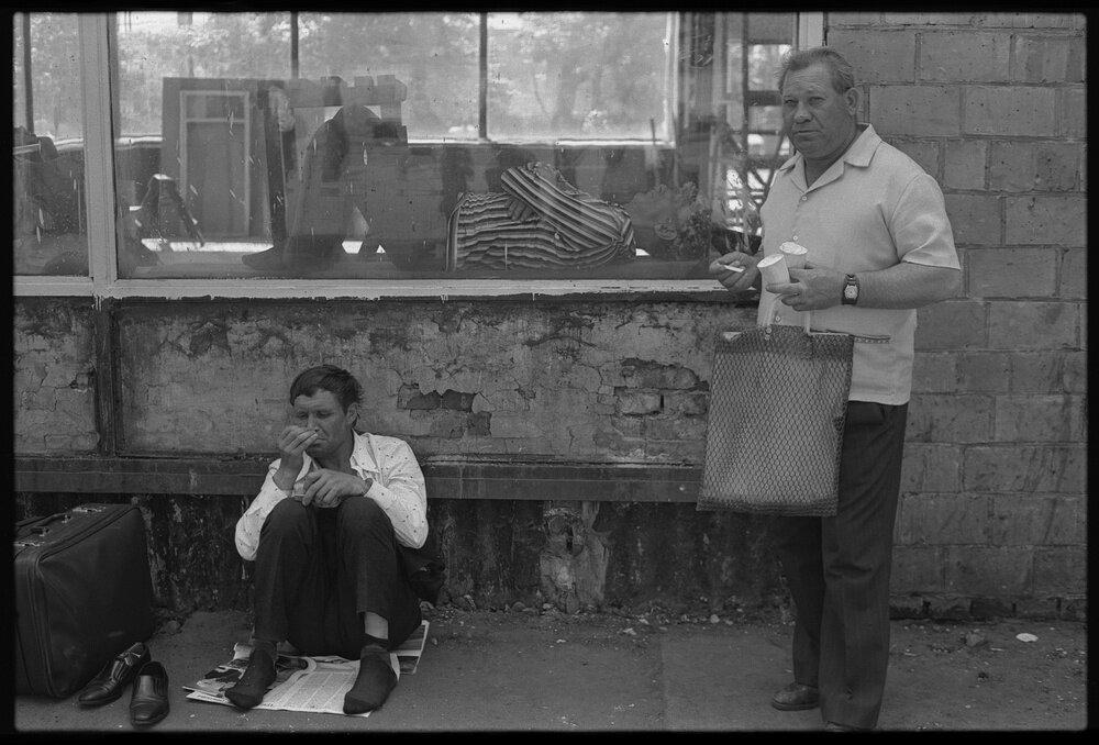 Пассажиры у зала ожидания Красноярского аэропорта. Владимир Соколаев, 9 июня 1980 года, г. Красноярск, МАММ/МДФ.