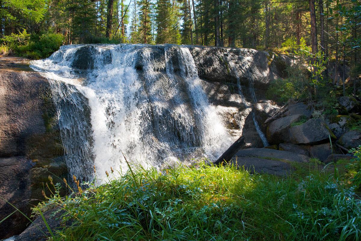 """3. Водопад """"Величавый"""" в Улаганском районе. В большую воду камень полностью покрывается водой!"""