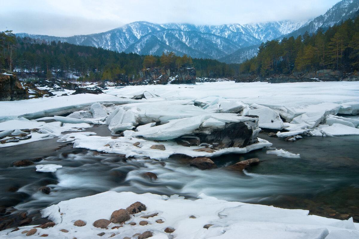 5. Впадение реки Чемалки в Катунь весной. Непривычный кадр на длинной выдержке со штатива.