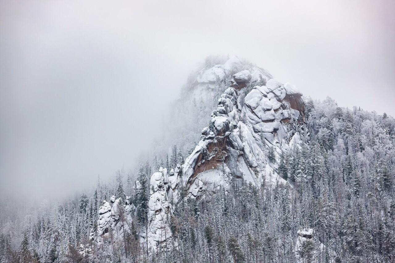 Номинант, 2021. Национальный парк «Красноярске Столбы», скала Крепость (высота 96 м) во время снегопада. Автор Резвов Дмитрий Альбертович
