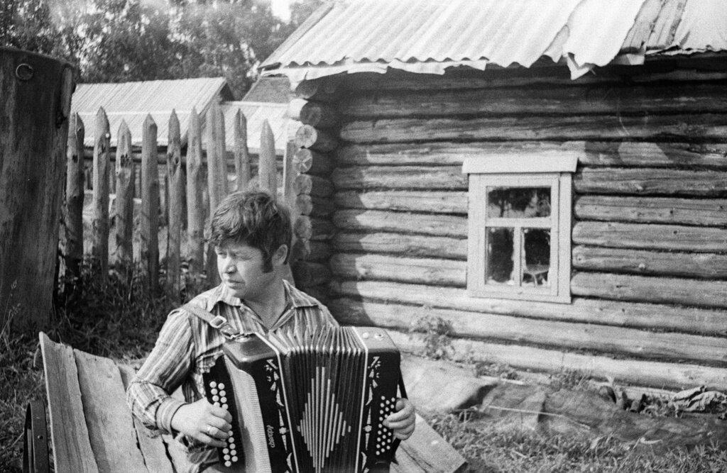 «Разливается гармонь». Неизвестный автор, 16 июля 1974 года, Ивановская обл., с. Есиплево, из архива Ксении Александровны Смирновой.