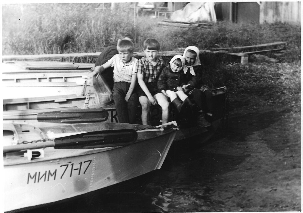 Дети на лодке. Неизвестный автор, 1975 - 1980 год, Калининская обл., дер. Берниково, из архива Дениса Тюленева.
