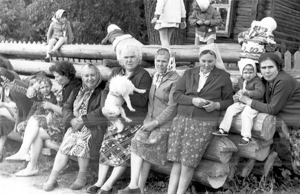 На бревнах летом. Неизвестный автор, 1975 - 1978 год, Калининская об., дер. Берниково, из архива Дениса Тюленева.