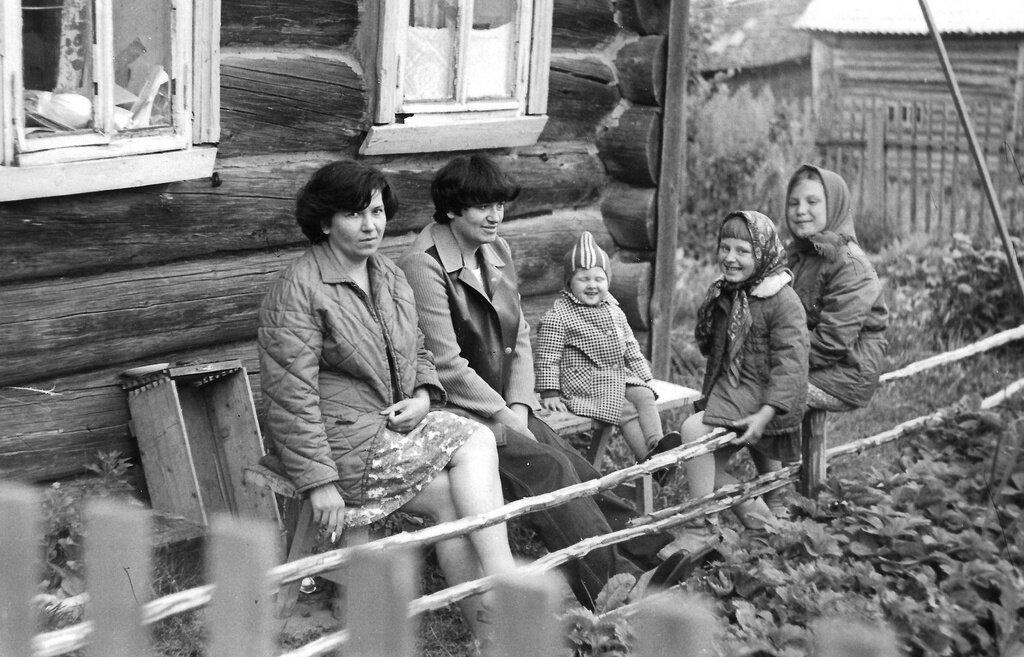 На лавочке у дома. Неизвестный автор, 1980 - 1982 год, Калининская обл., дер. Берниково, из архива Дениса Тюленева.