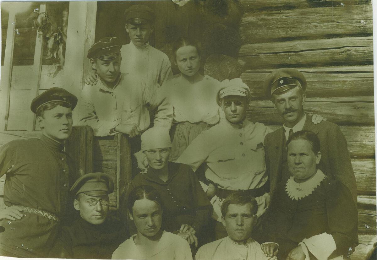 Бельтюков Игнатий Авксентьевич Фото. Группа участников экспедиции и пинжаков. 1921 г.