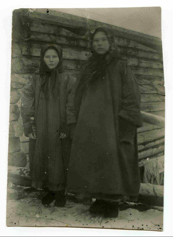 Село Усть-Цильма Архангельской губернии. Девушки в малицах. 1921 г. (?)
