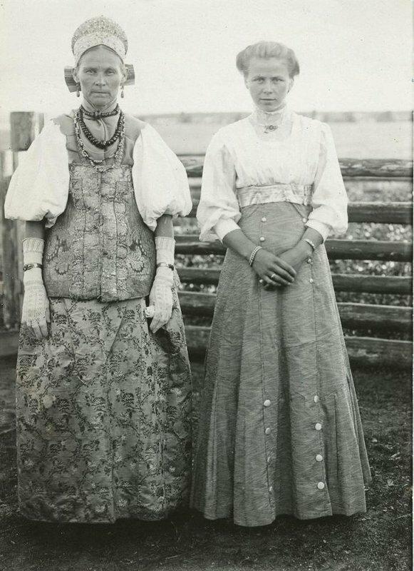 Крестьянка в богатом старинном наряде с девушкой в городском костюме. 1911