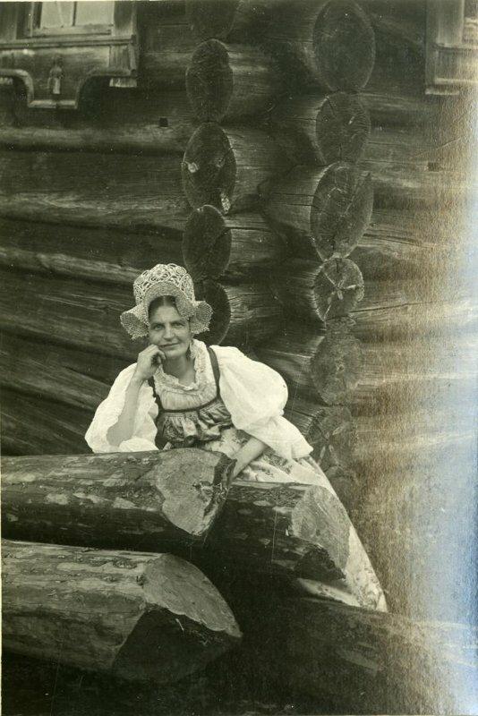 Женщина в старинном подвенечном наряде. 1921