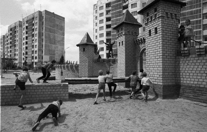 На детской площадке. Всеволод Тарасевич, 1985 год, Украинская ССР, г. Херсон, МАММ/МДФ.